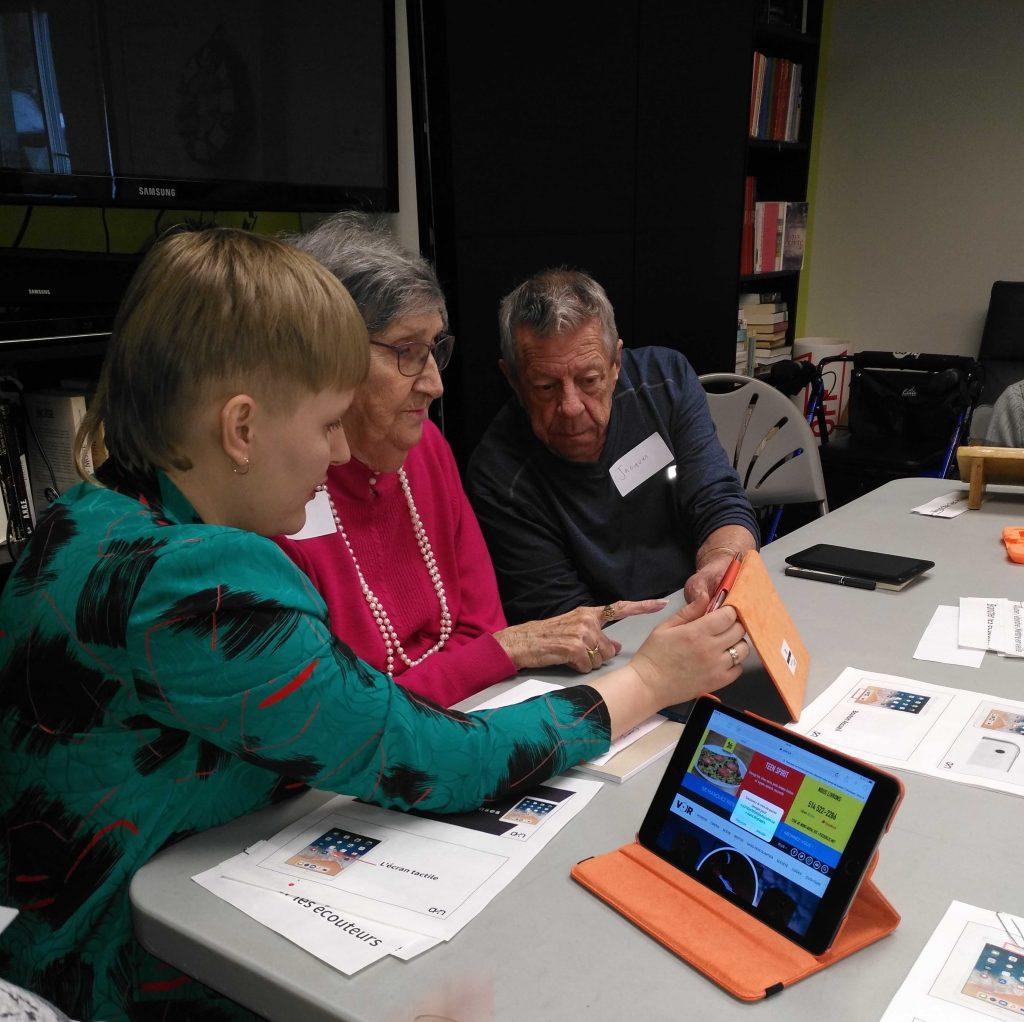 Personnes aînés participant à un atelier d'apprentissage à la tablette