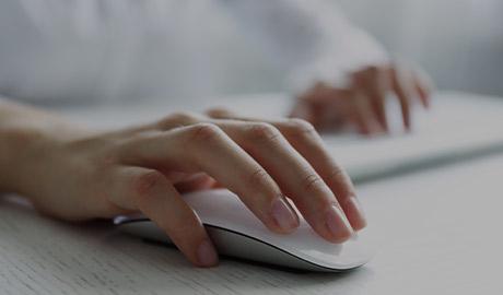 Photo d'une souris d'ordinateur avec une main dessus.