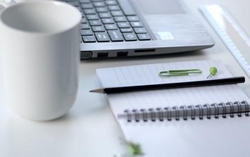 AlphaNumerique : Clavier d'ordinateur avec une tasse blanche et un carnet en papier
