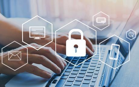 AlphaNumérique.ca : mains tapants sur un clavier d'ordinateur avec des icônes de sécurité en ligne , cadenas